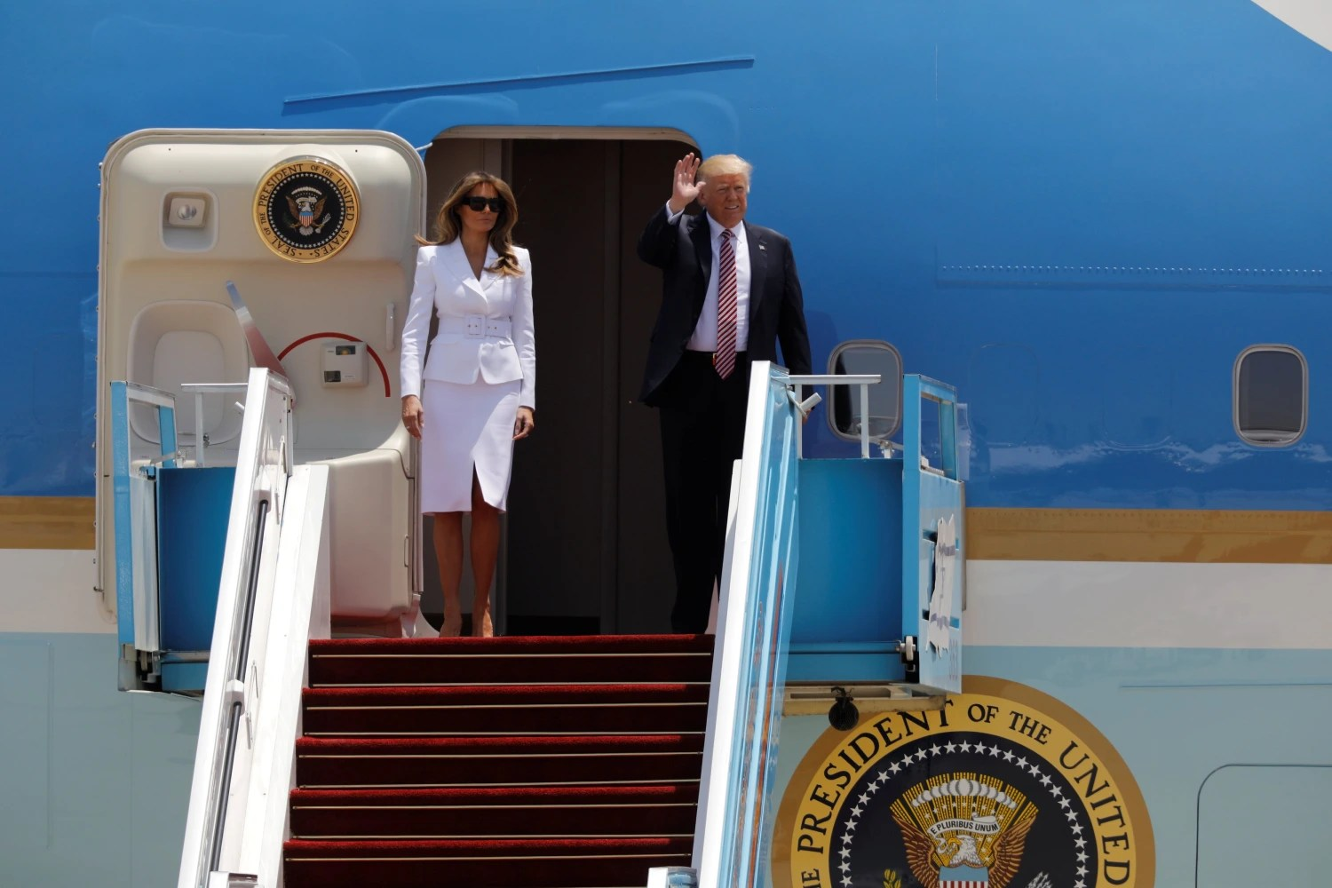 Melania again appears to reject Trump's attempt at holding hands