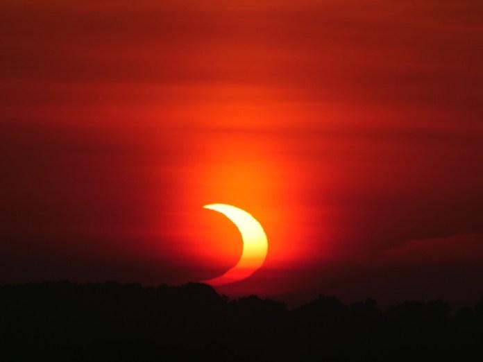 लंदन, ओंटारियो में वलयाकार ग्रहण।  क्रेडिट: डेल आर्मस्ट्रांग, आरएएससी लंदन।