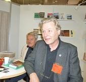 """Två av de andra författarna i montern. Karl H Sandin med sin bok """"Den svarta labradoren"""" och bakom skymtar Bernth Fransson."""