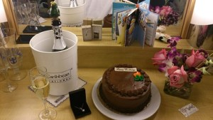 Tårta, blommor och champagne