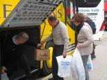 Busschauffören stuvar in i bagageutrymmet