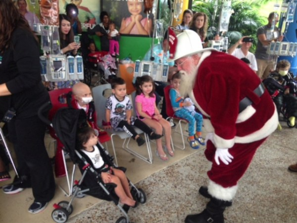 Santa delivers toys at Children's hospital in West Palm ...