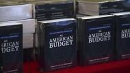 Trumps Haushaltsplan gibt es auch als Buch - hier ausgelegt im Kongressgebäude.