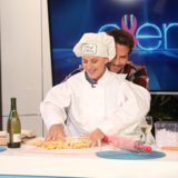 Ellen DeGeneres che cucina con le mani di Bradley Cooper è altrettanto stupefacente quanto suona