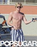 Lente caldo senza camicia di Cody Simpson è tutto che dobbiate tenere caldo questo inverno
