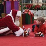 La visita di Santa con il ragazzo che ha autismo vi otterrà nello spirito di festa