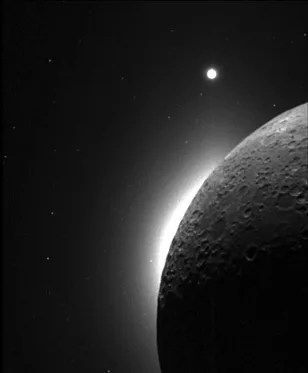 Mysterious moonlight caused by dust fountains - Technology ...