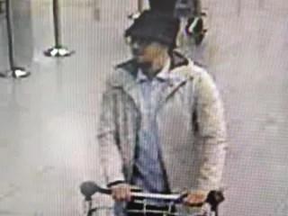 Imagen: Una imagen folleto publicado el 22 de marzo 2016 la Policía Federal de Bélgica muestra una captura de pantalla de la cámara de circuito cerrado de aeropuerto que muestra a un sospechoso