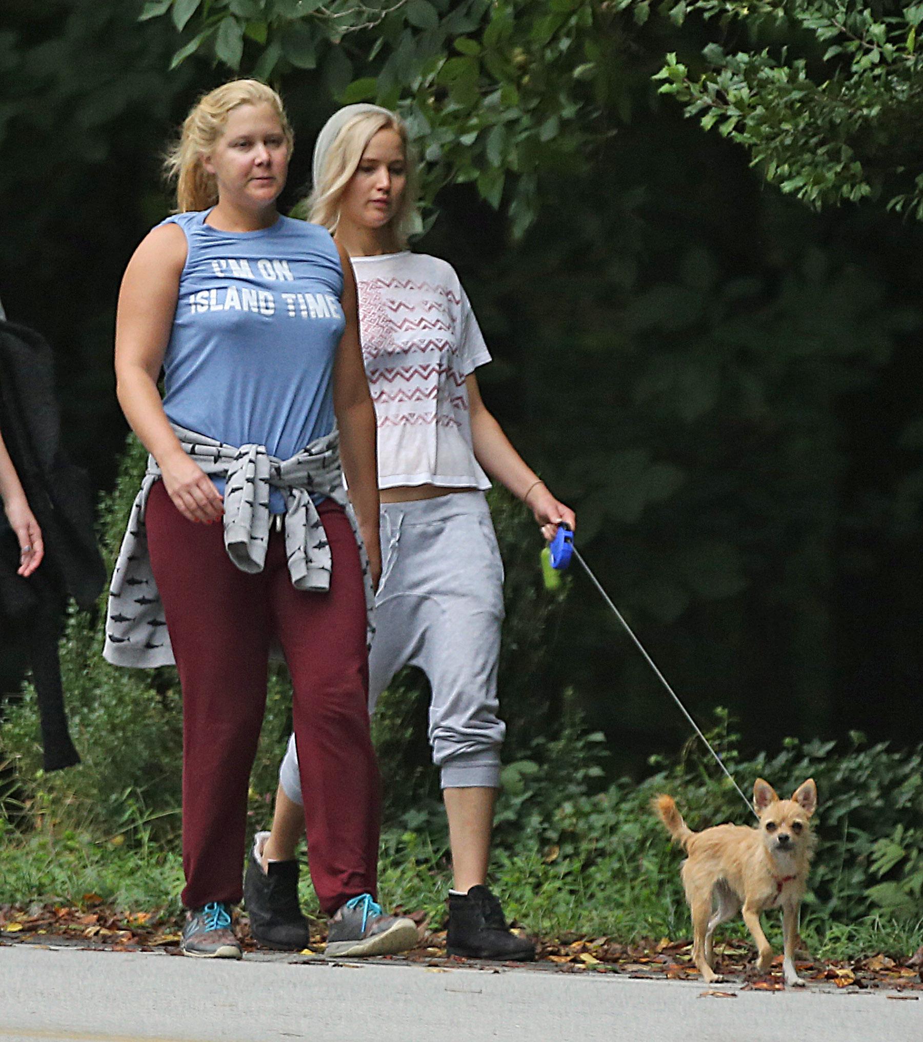 Jennifer Lawrence prende una passeggiata casuale con Amy Schumer ed Aziz Ansari