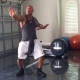"""Balli di Dwayne Johnson """"per colpire il Quan"""" nella sua palestra   ed in chiodi"""