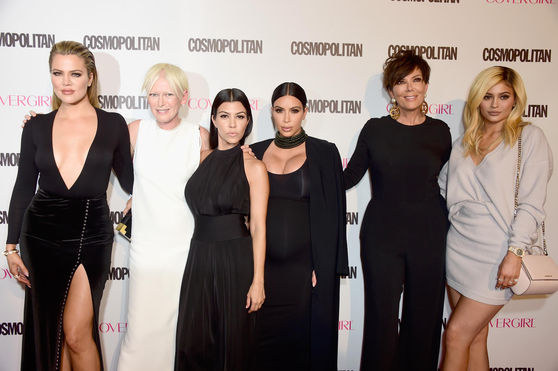 Il punto delle signore di Kardashian Jenner fuori per il colpo del compleanno di Cosmo