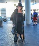 Uno smiley Chrissy Teigen prende un volo in LA pochi giorni dopo il suo genere rivela lannuncio