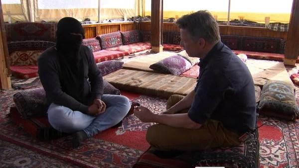 Imagen: Supuesta desertor ISIS y Richard Engel
