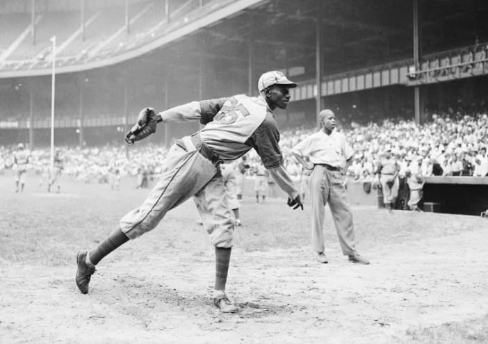 Kansas City Monarchs lançando grande Leroy Satchel Paige se aquece no Yankee Stadium de Nova York em 2 de agosto de 1942 para um jogo da Liga Negro entre os Monarchs e o New York Cuban Stars.