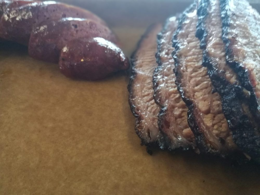 Hot link-pølse og brisket på Warpigs Brewpub