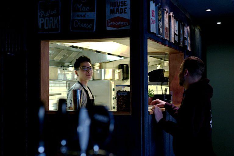 Lee snakker med Alex på serveringskjøkkenet
