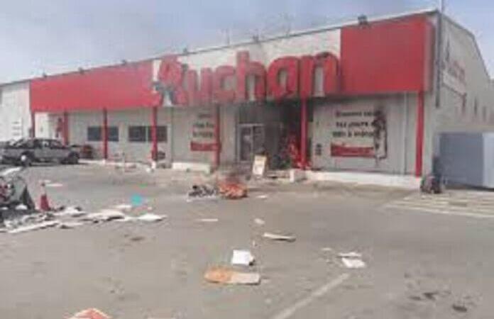 Pillages des magasins : Auchan traduit en justice 3 de ses employées dont une femme enceinte