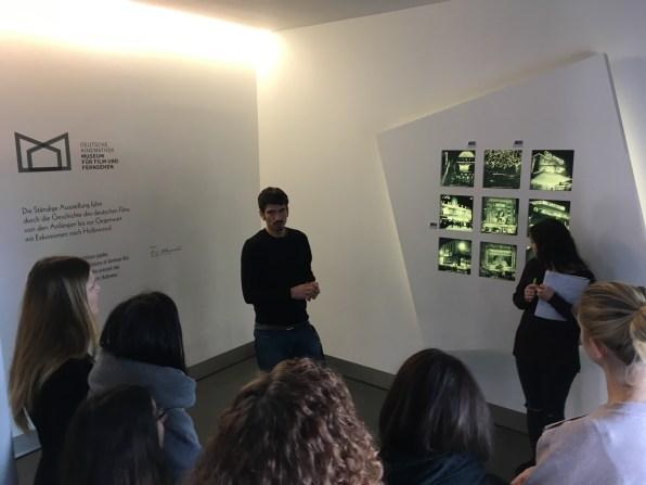 Jurek Sehrt und die Seminargruppe in der Ständigen Ausstellung der Kinemathek