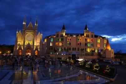 Basílica iluminada após a Santa Missa de Natal
