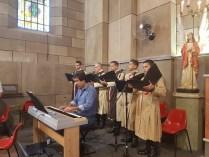 Coro e banda dos Arautos executando músicas 1