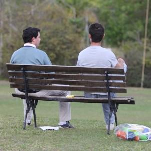 Pais conversando sobre trabalho e a vida distendidamente