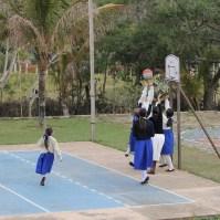 Alunas praticando esportes