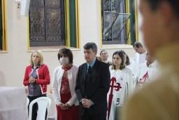 Ainda se recuperando a esposa teve que assistir a Missa com alguns cuidados