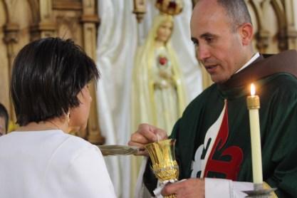 O casal recebeu a Comunhão junto ao altar