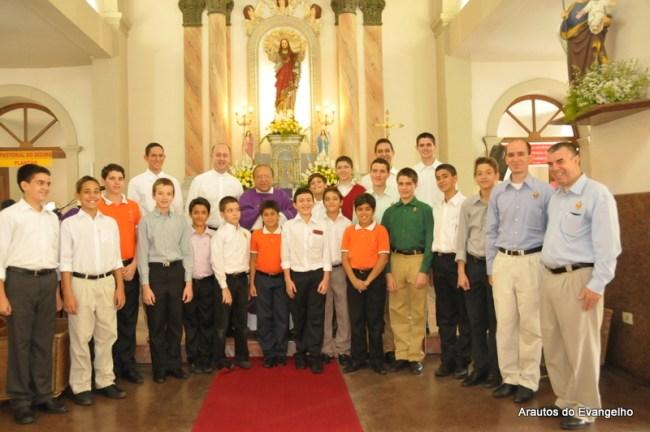 Arautos do Evangelho homenageiam Pe. José Edwaldo Gomes pelo 56º aniversário de ordenação presbiteral