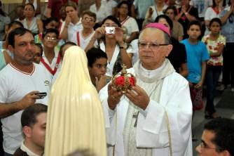 D. Genival Saraiva, bispo de Palmares - PE coroa a imagem peregrina no encerramento do Missão dos Arautos do Evangelho
