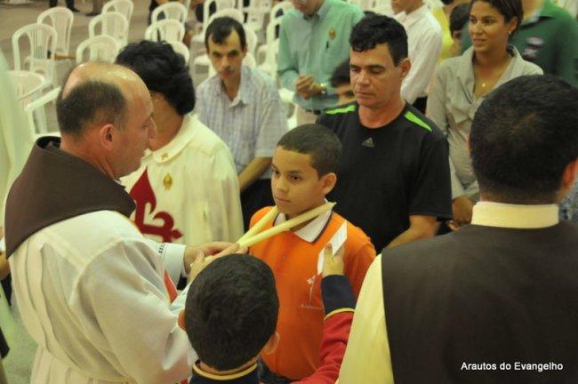Padre Célio Casale dá a bênção de São Brás