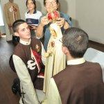 Irmã Reuzuyta coroa a imagem de Nossa Senhora