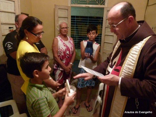 Padre Celio Casale abençoa uma residência