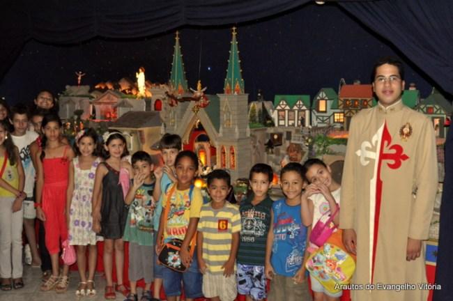 Catequizandos da Paróquia Virgem Maria visitam o Presépio dos Arautos