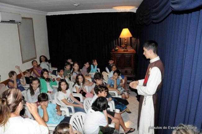 Grupo de catequese da Paróquia São Pedro visita o presépio
