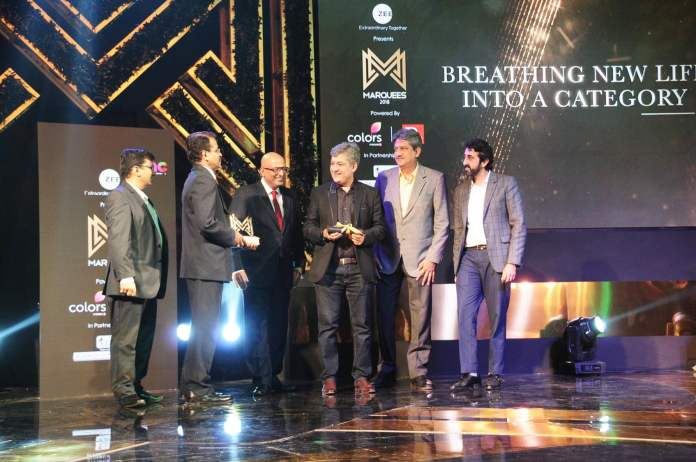 image-team-AMFI-collecting-award-Marquees-2018-awarded-to-best-brands-by-Ad-Club-MediaBrief-2