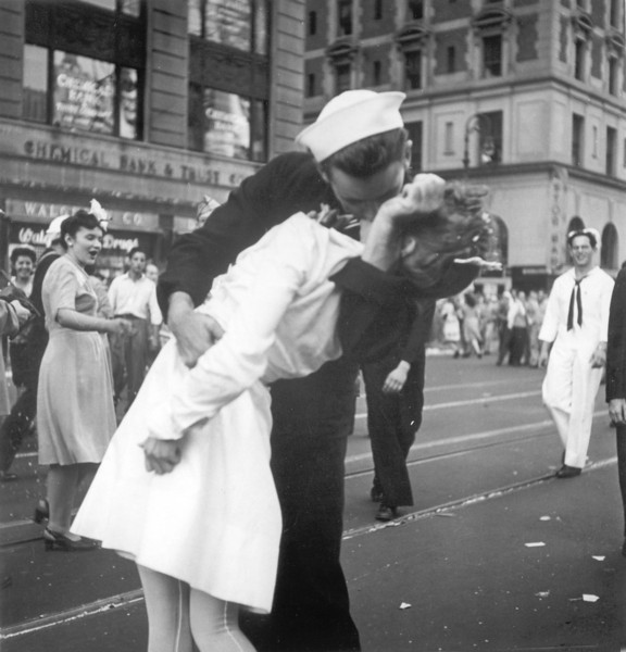 Description of  August 14, 1945: A sailor and a nurse kiss passionately in Manhattan's Times Square, as New York City celebrates the end of World War II. The celebration followed the official announcement that Japan had accepted the terms of Potsdam and surrendered. (AP Photo/Victor Jorgensen)