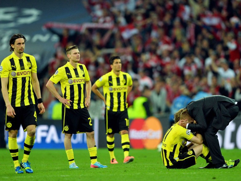 Jurgen Klopp consola i suoi giocatori dopo la sconfitta in finale di Champions League 2013 per mano del Bayern Monaco. Mario Gotze saltò la partita per infortunio, non potendo giocare una delle partite più importanti della sua carriera. Foto: Getty Images.