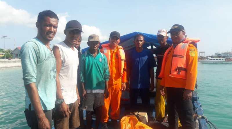 Tim Rescue Basarnas Kendari berhasil menemukan longboat yang mengalami mati mesin di perairan menui, dalam evakuasi itu 6 POB dinyatakan selamat. (Foto:Dokumentasi Basarnas Kendari)