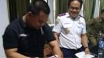 Kadis Perhubungan Bombana, Syahrun, ST saat penunjukan kartu pengawasan kendaraan berbayar. (Foto : Istimewa)
