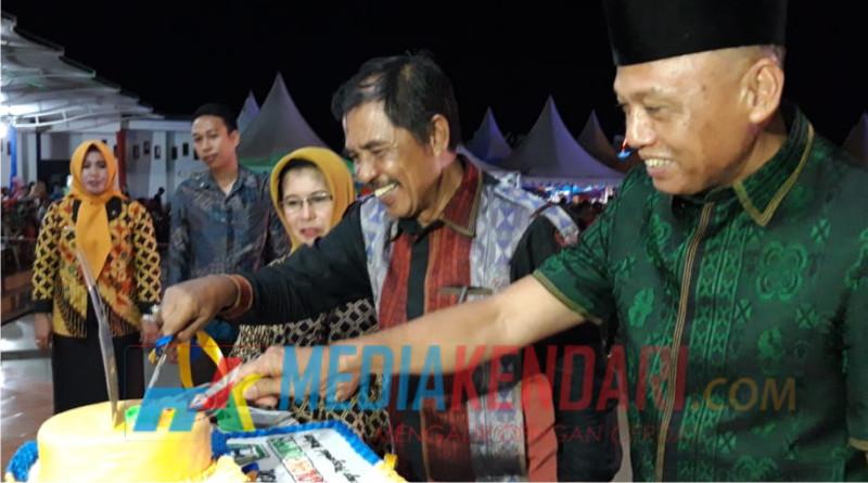 Bupati Kolaka Utara Nur Rahman Umar saat memotong kue Ulang Tahun Kabupaten Kolaka Utara Yang ke-15.