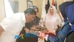 Ketua KPU Sultra, La Ode Abdul Natsir (kiri) saat meniup lilin perayaan Ulang Tahunnya