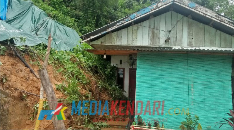 Satu Rumah Warga Yang Tertimpah Bencana Lonsor (Foto : Hendrik B)