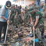 Wali Kota Kendari, Sulkarnain Kadir dan Komandan Kodim 1417/Kendari, Kol Inf Drs Alamsyah saat melaksanakan karya bakti. Ist