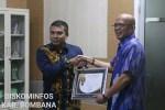 Bupati Bombana, saat menerima penghargaan dari KPP Pratama Kolaka di Kantor Bupati Bombana. Foto: TIM Kominfo Bombana.