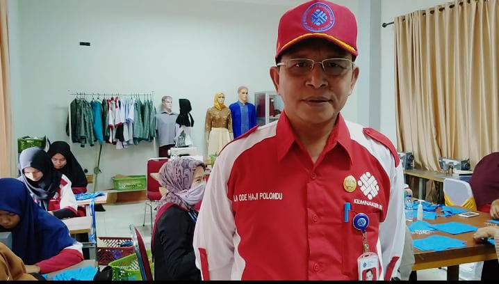 Kepala BLK Kendari, La Ode Haji Polondu saat ditemui di Gedung Garmen Apparel BLK, Minggu 21 Maret 2020. Foto: Betiruddin/Mediakendari.com