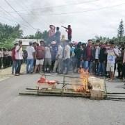 suasana unjuk rasa didepan kantor Bawaslu Konsel