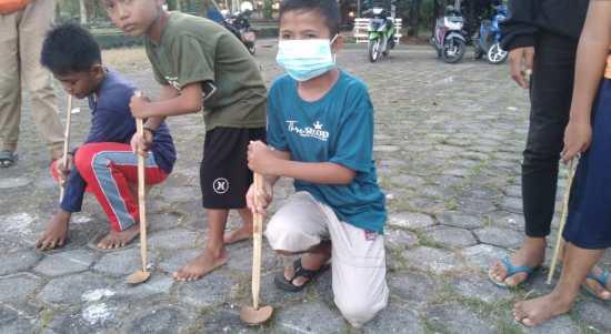 Keterangan : Anak-anak Kelurahan Melai saat bersiap memainkan Pelojo. Foto : Ardilan.