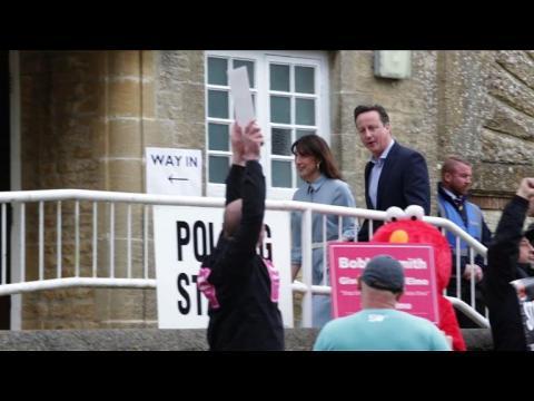 Législatives britanniques: Cameron et Miliband ont voté