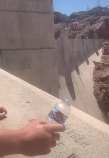 Парень показал, как вода течёт вверх, и всё дело в месте, где он её вылил. Похоже, даже жидкость боится высоты